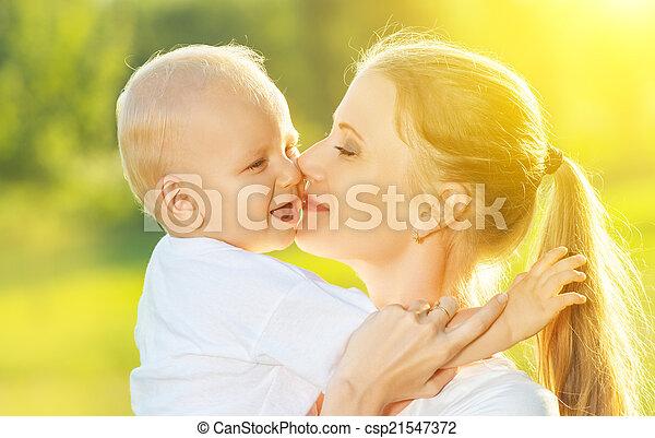 她, 家庭, 母親, 嬰孩, 親吻, summer., 愉快 - csp21547372